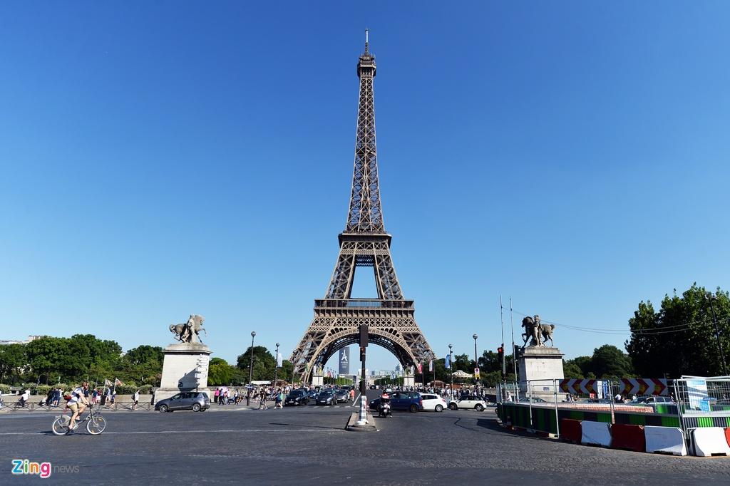 Nam lan duoi thap Eiffel, dua voi chim o nha tho Duc Ba Paris hinh anh 1