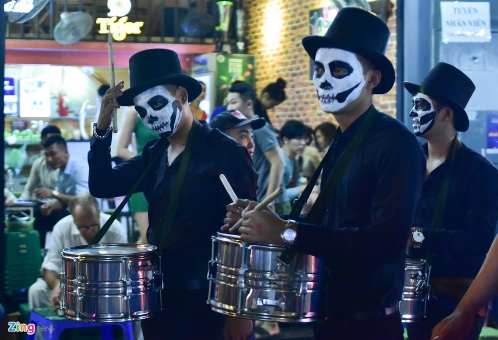 Bien nguoi don Halloween o Sai Gon, Ha Noi hinh anh 14