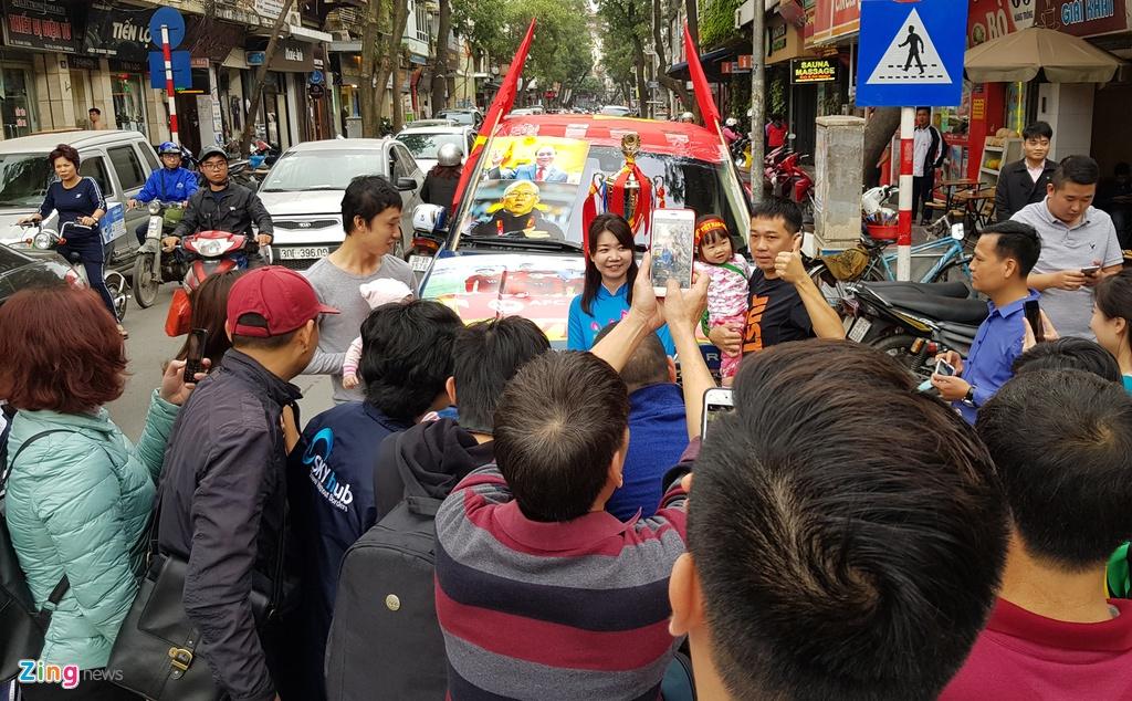 Chiec Range Rover hang sang co vu U23 Viet Nam gay xon xao goc pho hinh anh 6