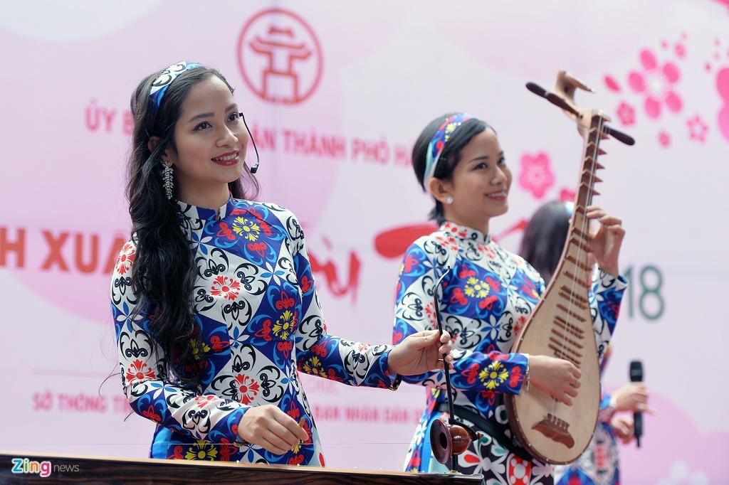 Pho chu tich Ha Noi xin chu thu phap tai Pho sach Xuan hinh anh 2