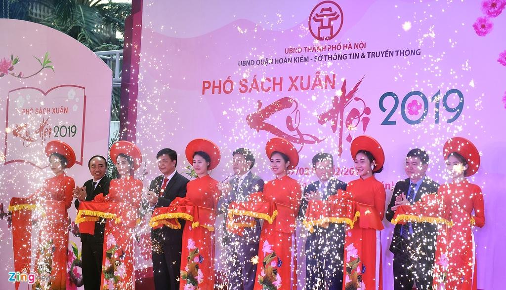 Nguoi dan no nuc tham du khai mac Pho Sach Xuan Ky Hoi hinh anh 11