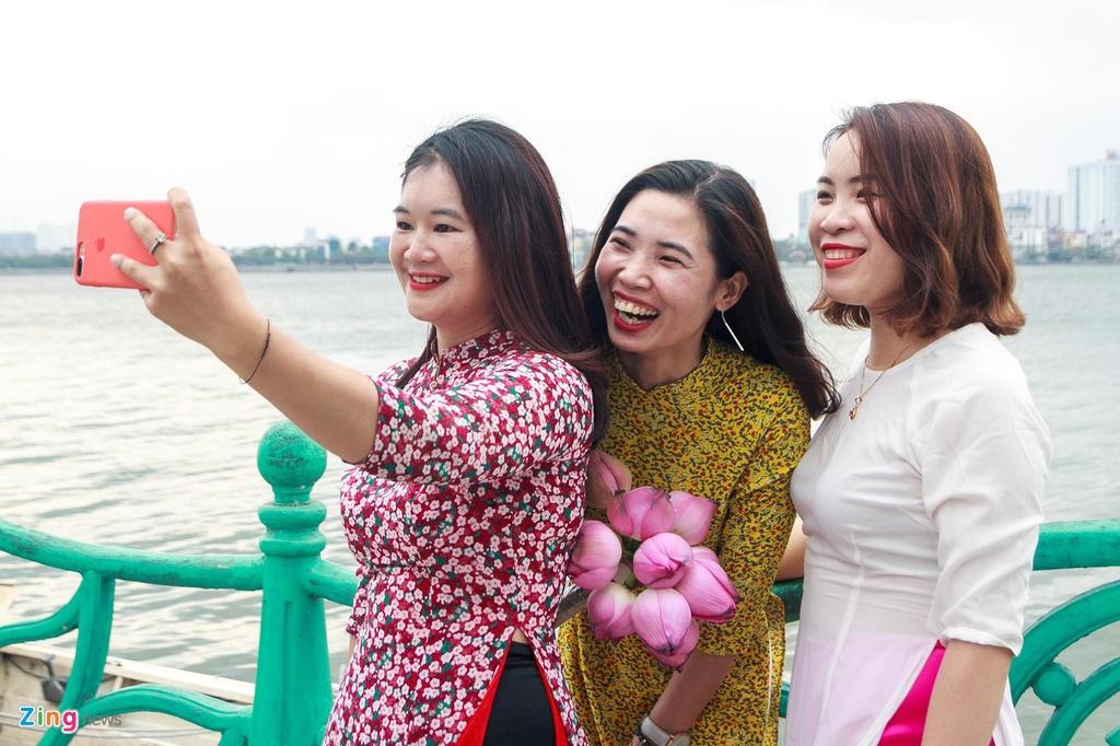 Pho phuong Ha Noi lang man ngay nghi le hinh anh 7