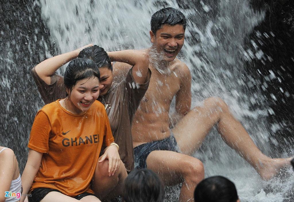 No dua ben con suoi dong nghet khach o Phu Quoc hinh anh 9 Nô đùa bên con suối đông nghẹt khách ở Phú Quốc - suoi_zing_15 - Nô đùa bên con suối đông nghẹt khách ở Phú Quốc