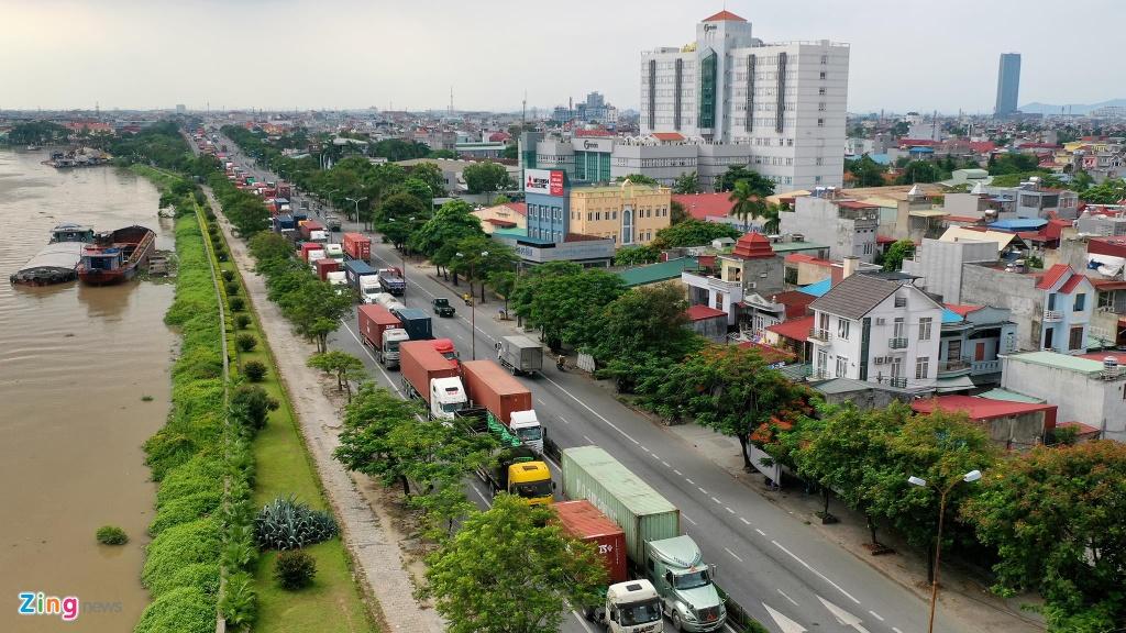 xe cho container tren duong Nguyen Van Linh o Hai Phong anh 1