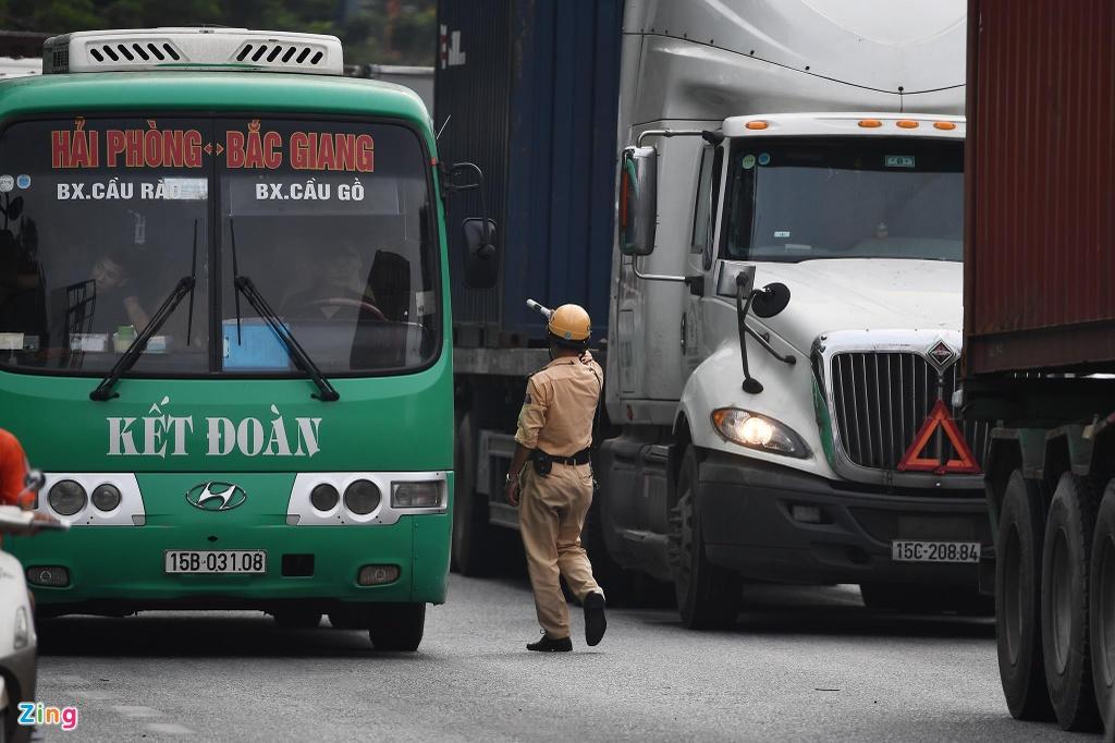 xe cho container tren duong Nguyen Van Linh o Hai Phong anh 16