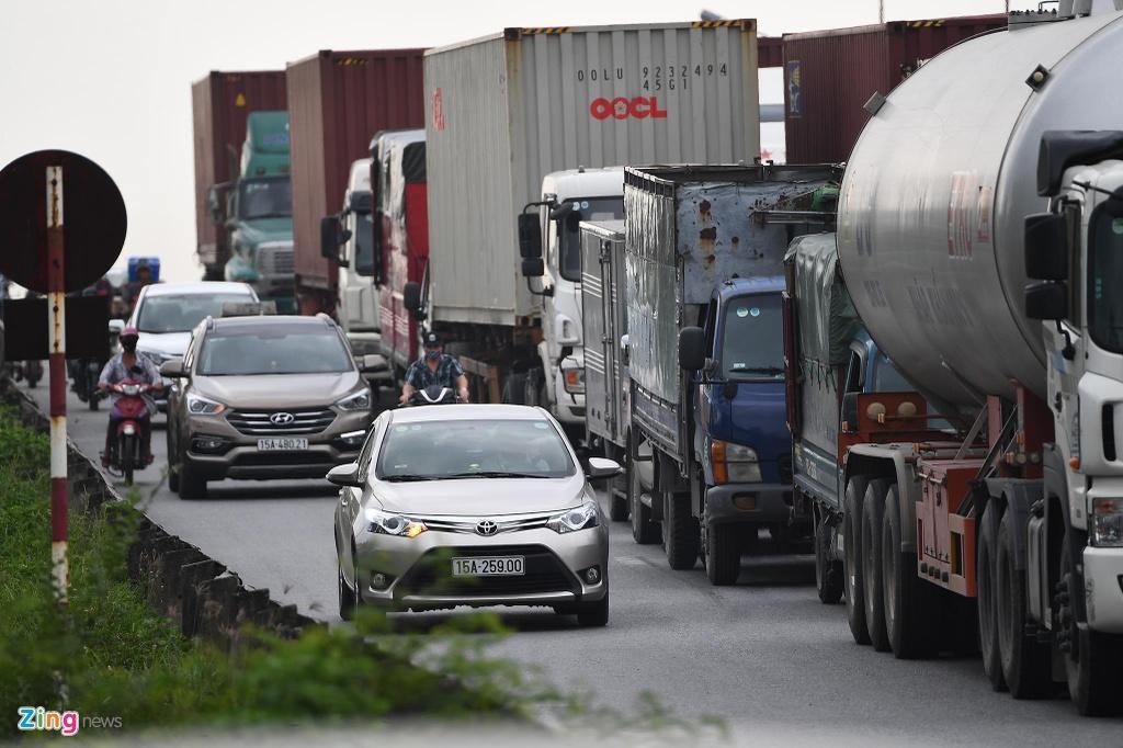 xe cho container tren duong Nguyen Van Linh o Hai Phong anh 4