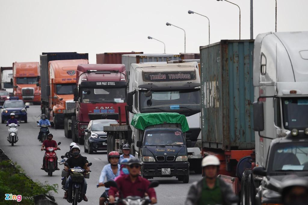 xe cho container tren duong Nguyen Van Linh o Hai Phong anh 3