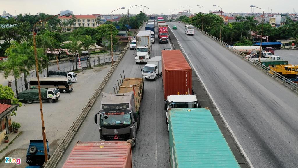 xe cho container tren duong Nguyen Van Linh o Hai Phong anh 8