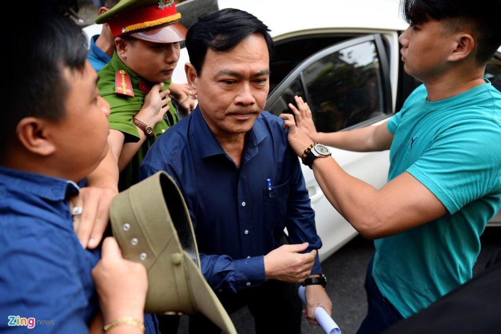 Hinh anh bi cao Nguyen Huu Linh gay chu y khi duoc an ninh bao ve hinh anh 2