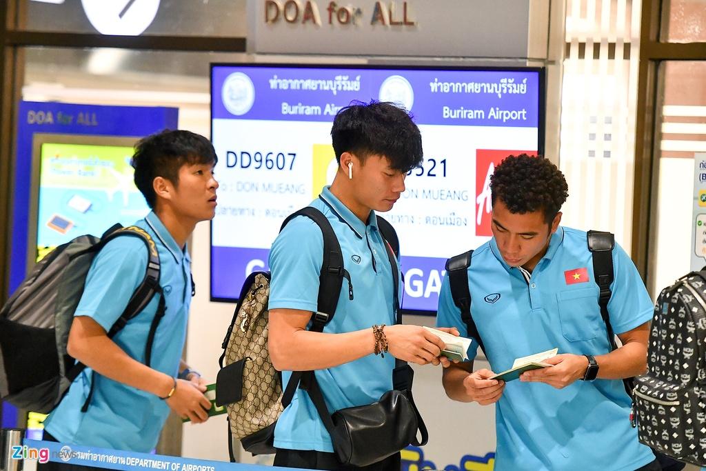 Thay tro HLV Park cho len may bay toi Bangkok hinh anh 1 u23_ra_san_bay_zing1.jpg