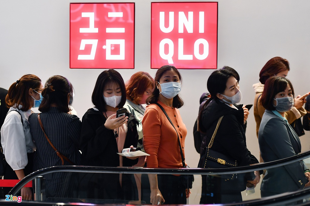 Deo khau trang chen lan mua hang Uniqlo o Ha Noi ngay khai truong hinh anh 20 DSC_2036_zing.jpg