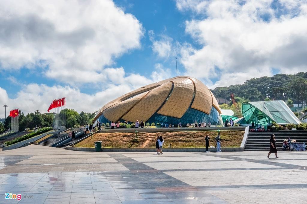 Quảng trường Lâm Viên không có hàng dài xe đậu phía trước như thường lệ.