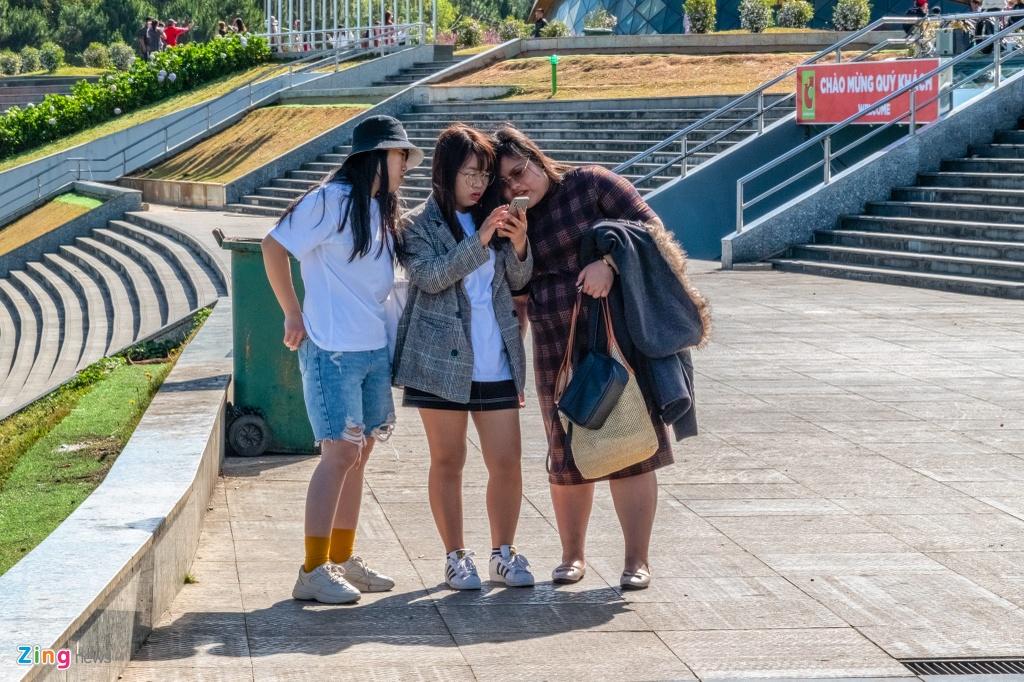 Chị Thuận (bên phải, tới từ Bắc Ninh) cho biết tới Đà Lạt thời gian này vì được biết đang dịp thời tiết đẹp. Chị mua vé máy bay từ trước Tết Nguyên đán nên khi dịch xảy ra, chị có phần lo lắng nhưng vẫn quyết định đi vì chưa thấy có dịch ở đây.