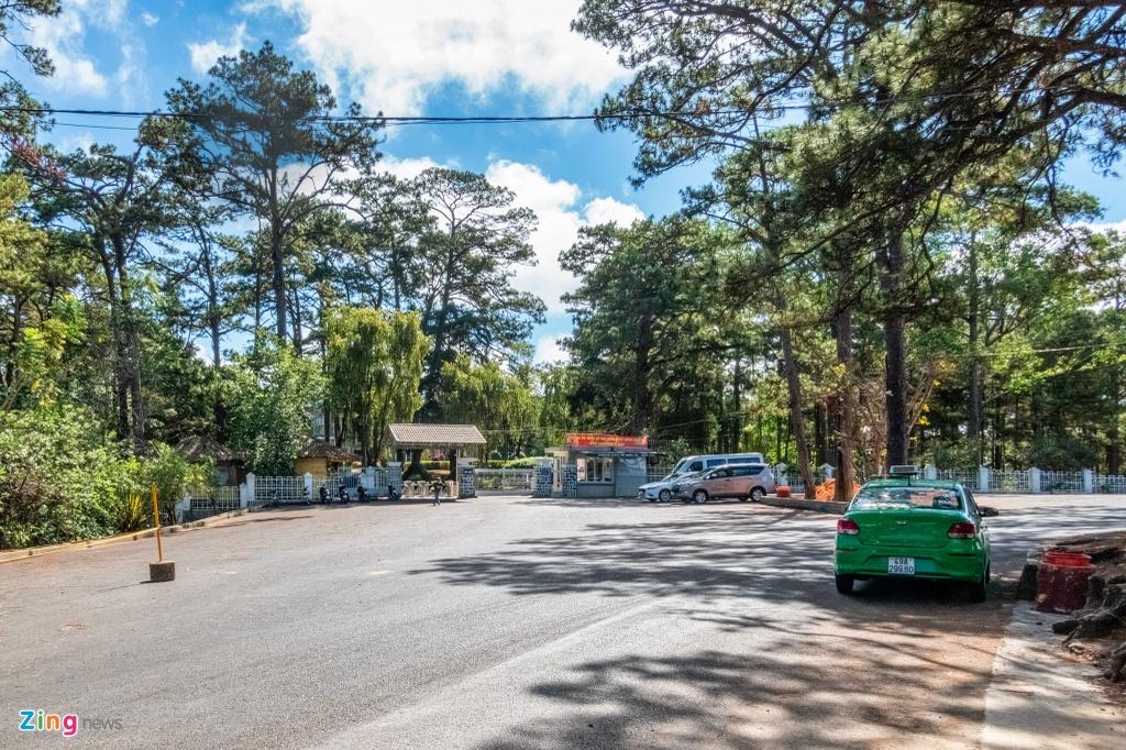 Tương tự như nhà thờ Domaine, dinh Bảo Đại cũng vắng vẻ. Cả bãi xe rộng mênh mông chỉ có 3 chiếc ôtô đưa khách tới, bãi xe máy không có chiếc nào.
