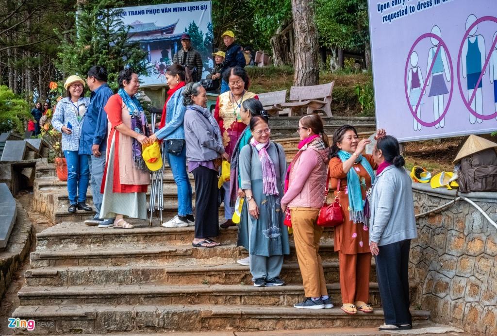 """Một số khách nước ngoài đến từ các quốc gia châu Á đeo khẩu trang cho cả gia đình ngay cả khi lễ nhưng họ lại tháo ra để chụp ảnh. Chị Minh Anh đến từ Hà Nội vừa chụp ảnh check-in tại """"Hong Kong bên hông chợ Đà Lạt"""