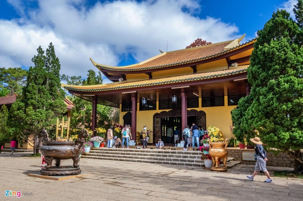 Thiền viện Trúc Lâm tấp nập hơn các địa điểm khác, tuy nhiên theo cảm nhận của chị Thanh (người bán hàng), lượng khách hiện nay giảm rất nhiều so với ngày thường.