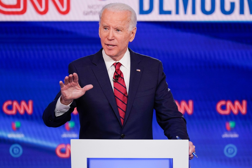 Donald Trump bi Joe Biden bo xa anh 3