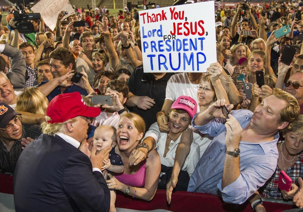 Biden bo xa Trump anh 3