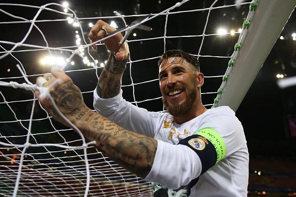 Ronaldo lai khoe co bap, Ramos cat luoi mung vo dich hinh anh 11