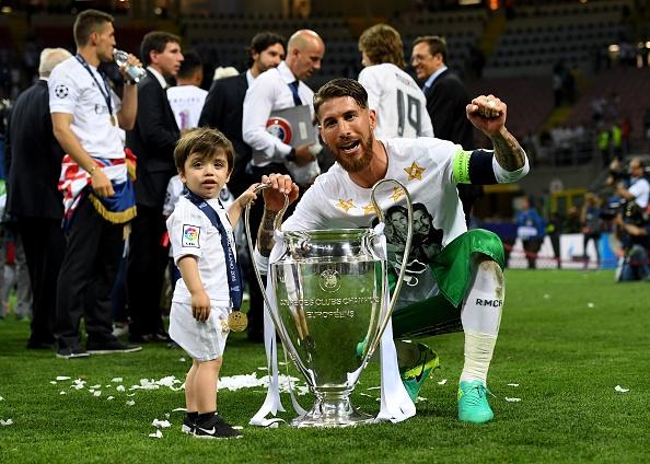 Ronaldo lai khoe co bap, Ramos cat luoi mung vo dich hinh anh 8