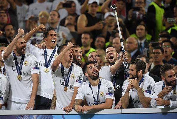 Ronaldo lai khoe co bap, Ramos cat luoi mung vo dich hinh anh 5