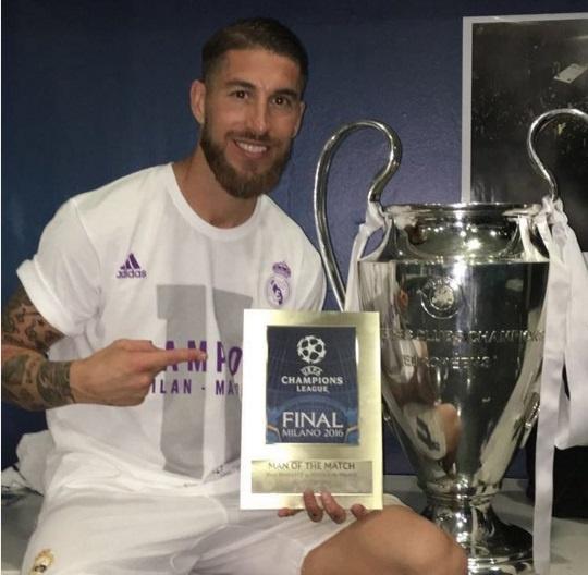 Ronaldo lai khoe co bap, Ramos cat luoi mung vo dich hinh anh 26