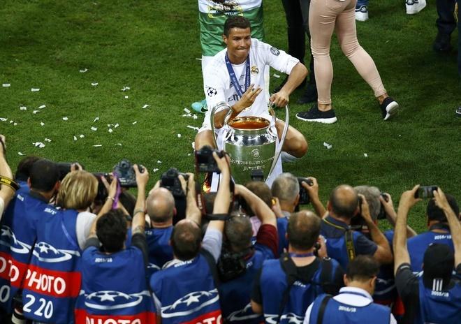Ronaldo lai khoe co bap, Ramos cat luoi mung vo dich hinh anh 6