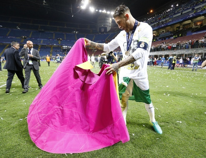 Ronaldo lai khoe co bap, Ramos cat luoi mung vo dich hinh anh 10
