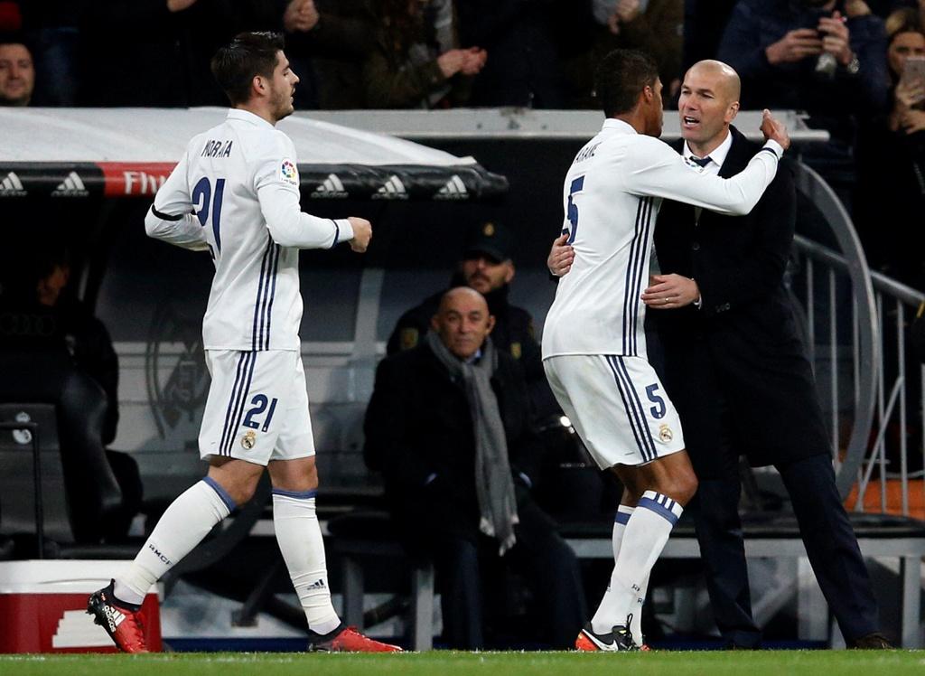 Vang Ronaldo, Real bay tren doi canh cua James hinh anh 5