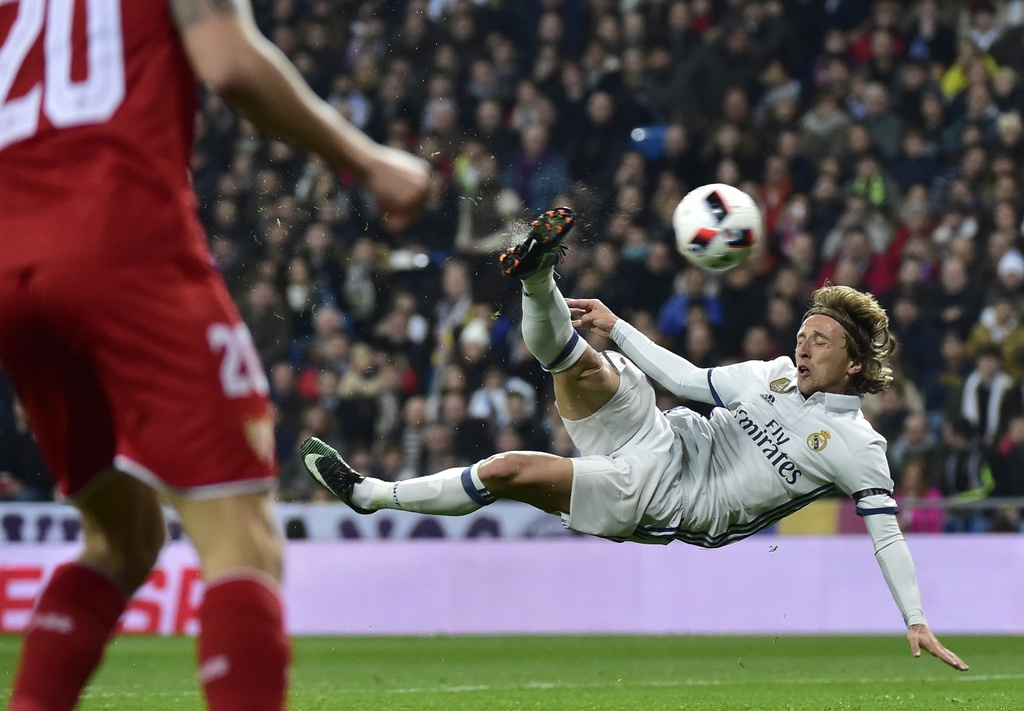 Vang Ronaldo, Real bay tren doi canh cua James hinh anh 3