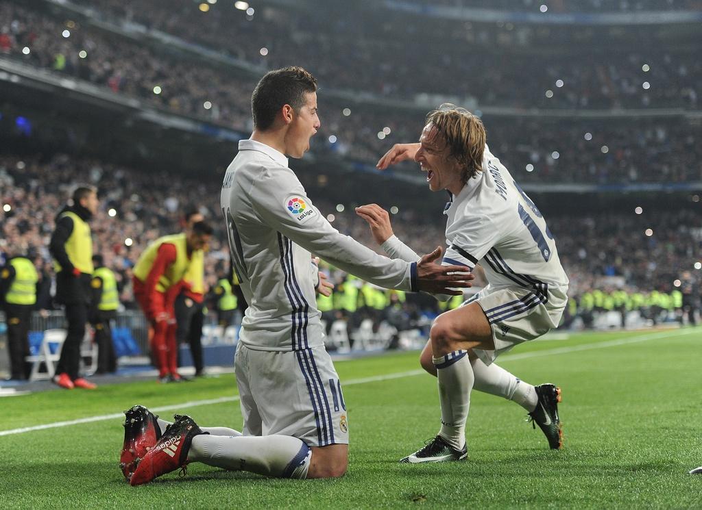 Vang Ronaldo, Real bay tren doi canh cua James hinh anh 7
