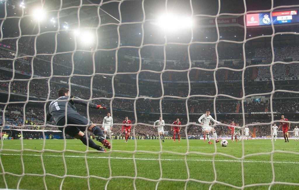 Vang Ronaldo, Real bay tren doi canh cua James hinh anh 6