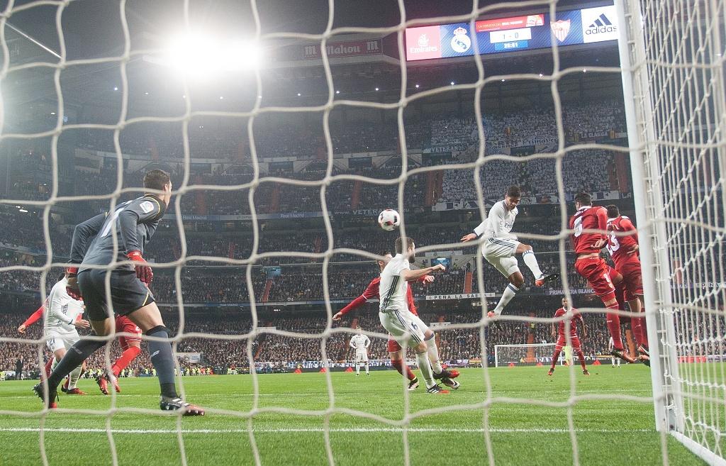 Vang Ronaldo, Real bay tren doi canh cua James hinh anh 4