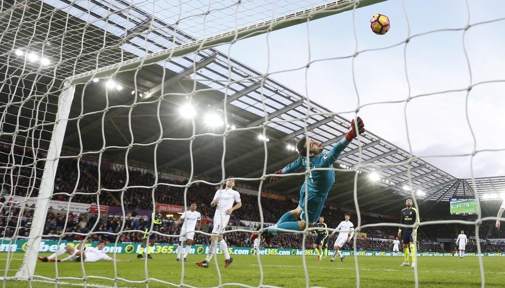 Arsenal thang dam, Iwobi khien doi thu phan luoi 2 lan hinh anh 4