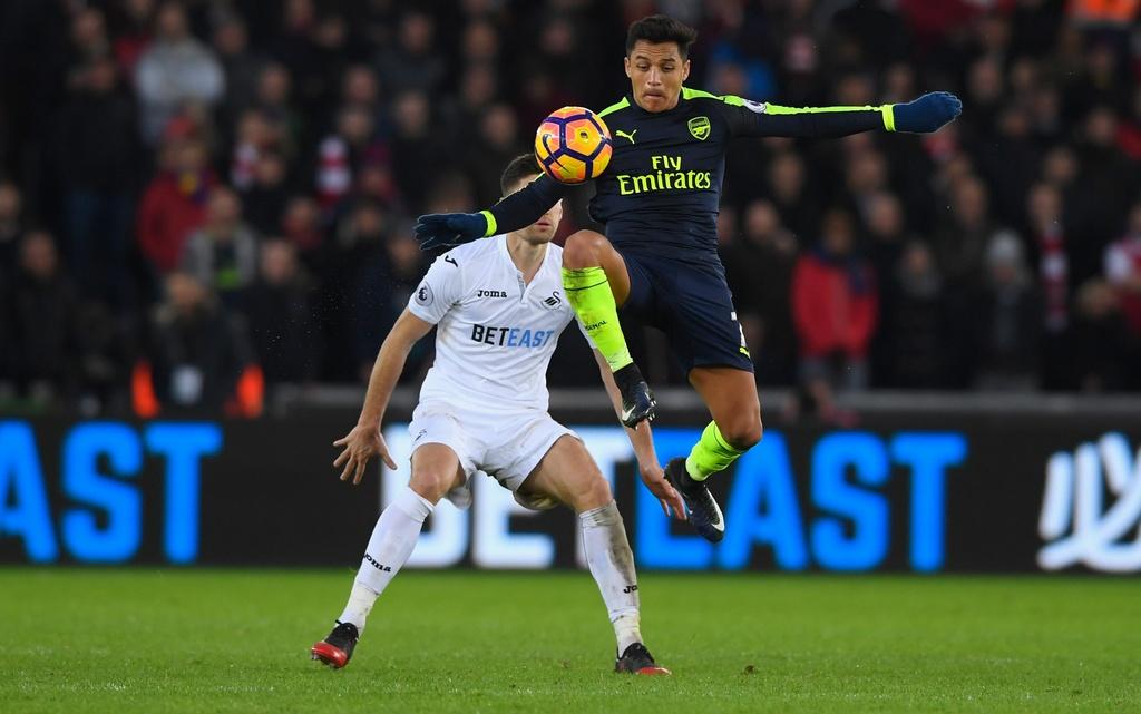 Arsenal thang dam, Iwobi khien doi thu phan luoi 2 lan hinh anh 1
