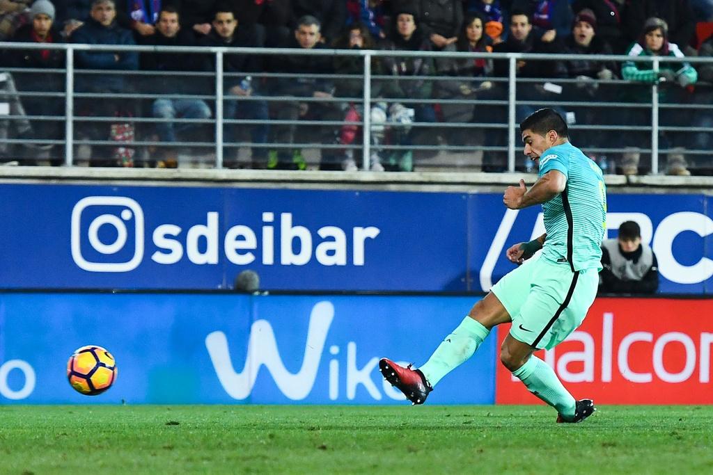 Tran Eibar vs Barcelona anh 7