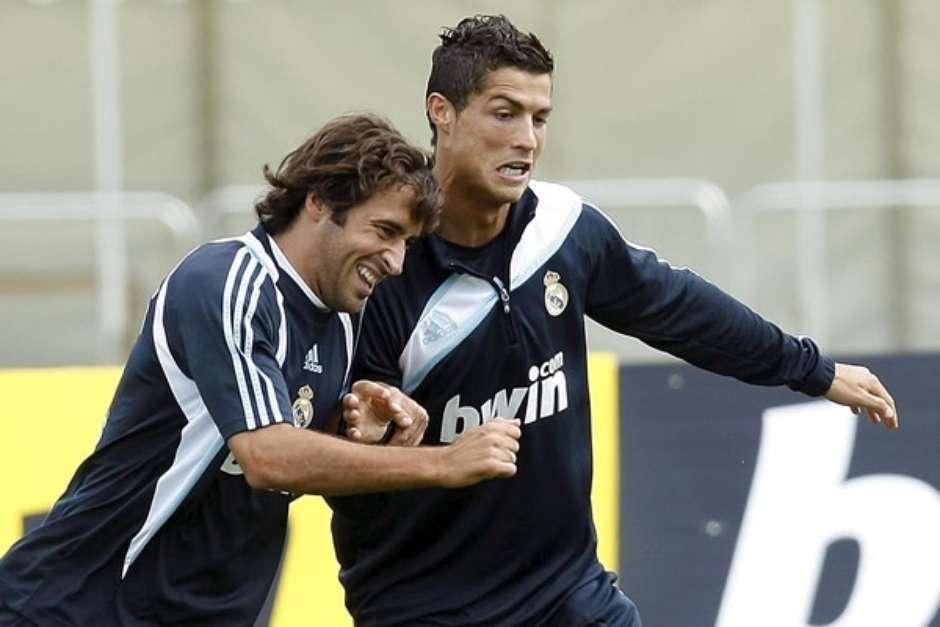 Khong the lay Ronaldo - Messi lam tieu chuan moi cho su vi dai? hinh anh 3