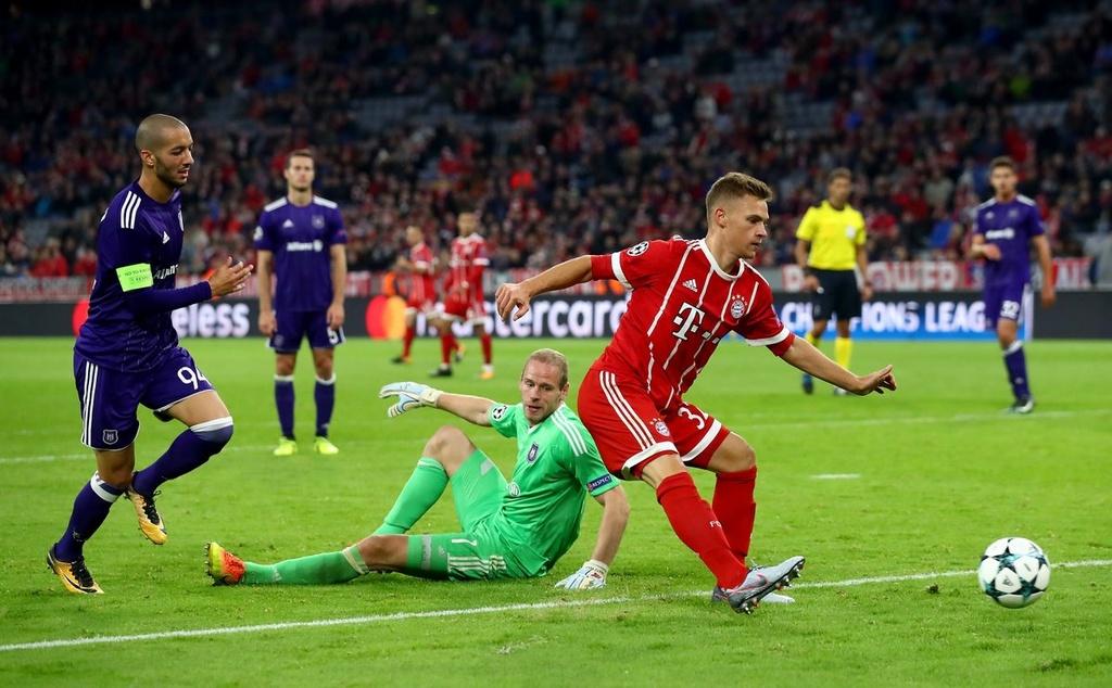 Messi vang mat, Fellaini lot vao doi hinh tieu bieu Champions League hinh anh 8