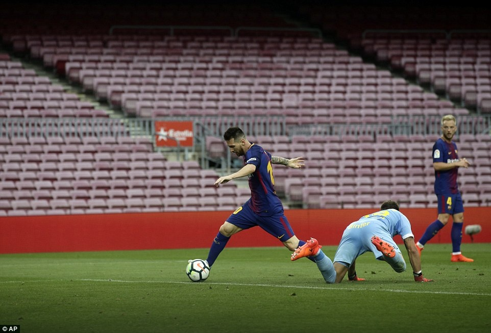 Messi dat thanh tich tot nhat lich su trong ngay buon cua Barca hinh anh 7