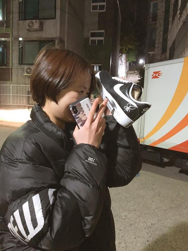 Giay hoa cuc dat do cua G-Dragon nen mua de di hay trung o tu kinh? hinh anh 2