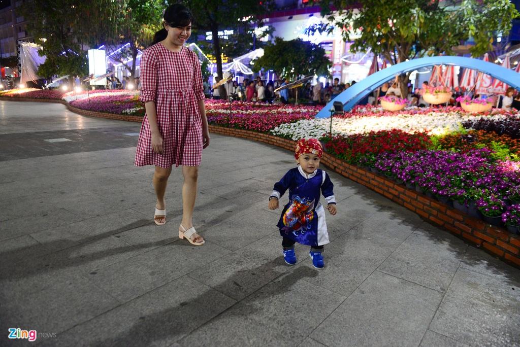 Hang nghin nguoi do ve duong hoa Nguyen Hue trong dem khai mac hinh anh 10