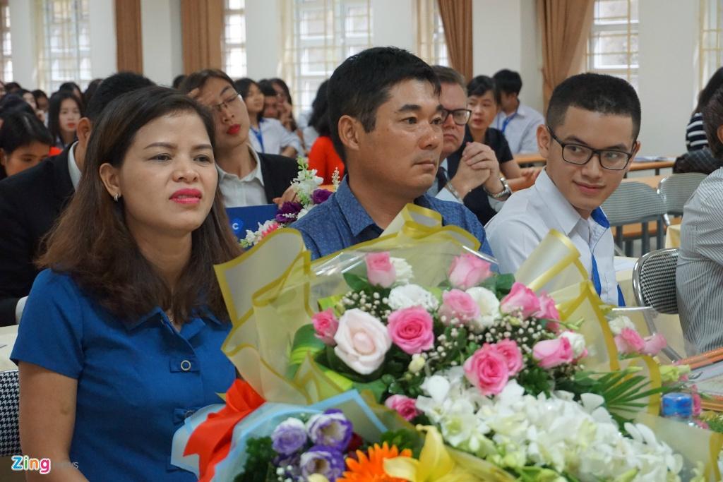 Bo truong GD&DT tang bang khen cho quan quan Olympia Hoang Cuong hinh anh 3