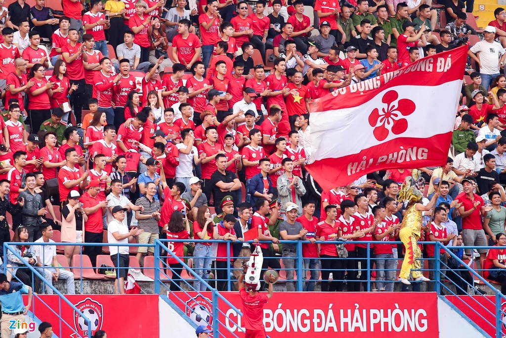 Van Toan duoc fan to chuc sinh nhat som sau tran thua Hai Phong hinh anh 2