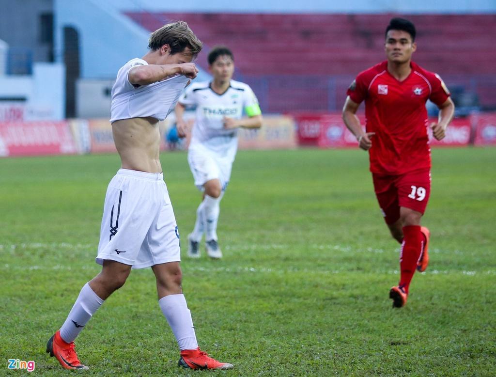 Van Toan duoc fan to chuc sinh nhat som sau tran thua Hai Phong hinh anh 3