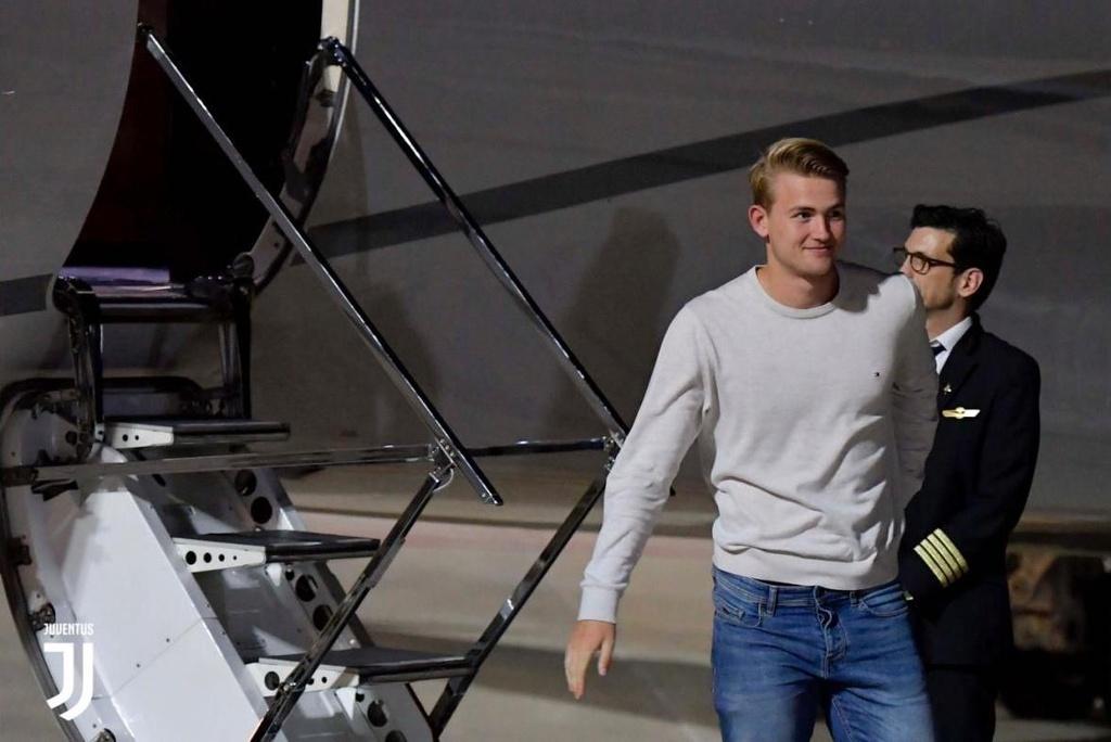 De Ligt dap may bay den Turin de ky hop dong voi Juventus hinh anh 2