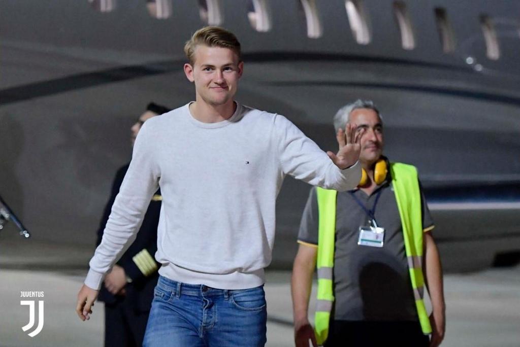 De Ligt dap may bay den Turin de ky hop dong voi Juventus hinh anh 3
