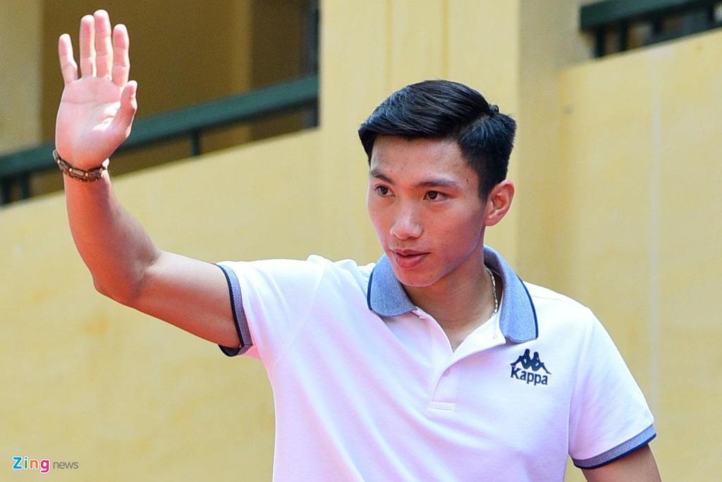 Van Hau thu nhan chuyen te dam truoc mat fan nhi hinh anh 1