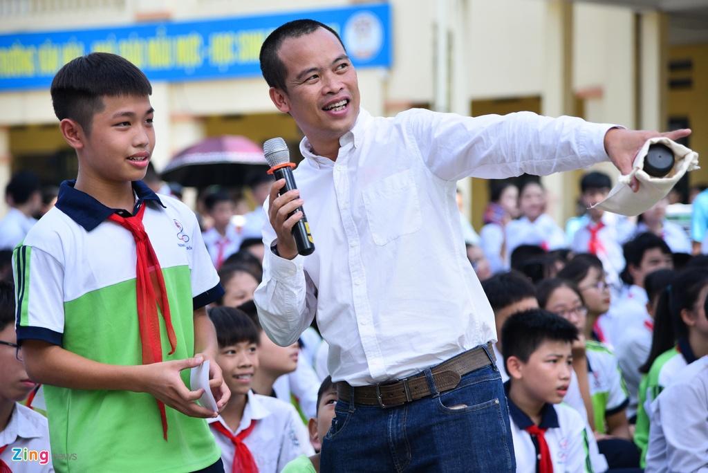 Van Hau thu nhan chuyen te dam truoc mat fan nhi hinh anh 4