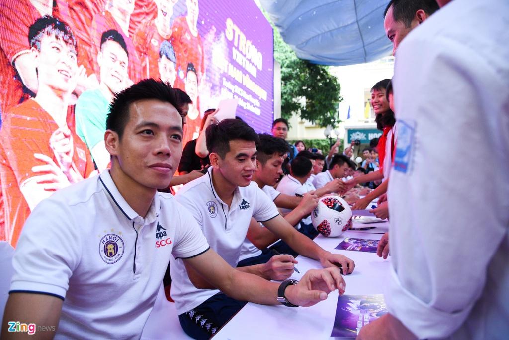 Quang Hai giup fan nhi gianh ve di Malaysia xem vong loai World Cup hinh anh 10
