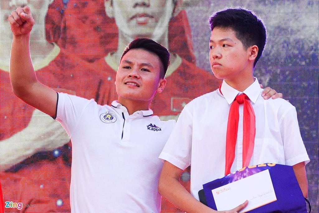Quang Hai giup fan nhi gianh ve di Malaysia xem vong loai World Cup hinh anh 5